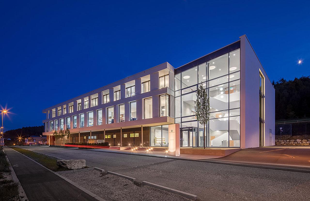 Das moderne Firmengebäude steht in bester Gesellschaft. Benachbart sind renommierte Medizinproduktehersteller.